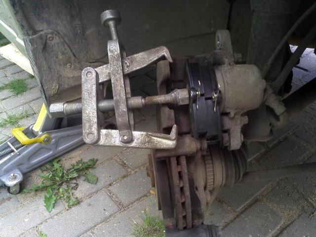 Замена передних тормозных колодок на Лада Калина: видео инструкция