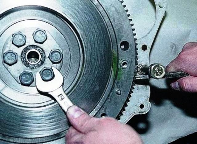 Как проводится замена сальника коленвала ВАЗ 2107: схема, видео