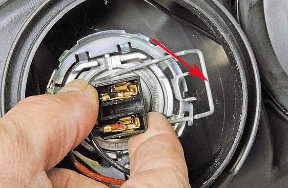 Замена лампочки ближнего света Лада Приора: пошаговая инструкция своими руками