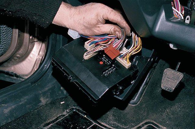 Где находится реле поворотов ВАЗ 2110 и как его подключить?