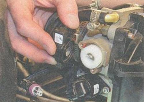 Датчик положения дроссельной заслонки Лады Приора 8 и 16 клапанов: неисправности, замена, где находится?