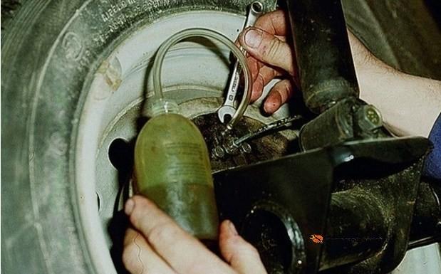 Как прокачать тормоза на ВАЗ-2106 одному: пошаговая видеоинструкция